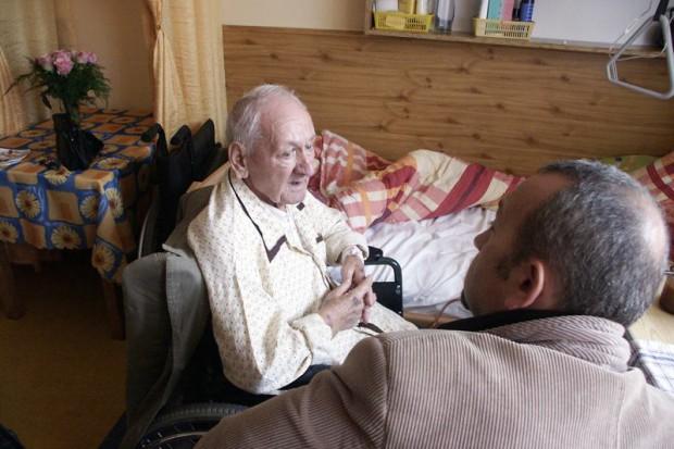 Chorzy terminalni potrzebują hospicjów, hospicja potrzebują życiowych przepisów