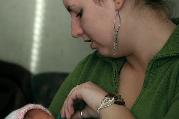 Coraz więcej nastolatek zostaje matkami