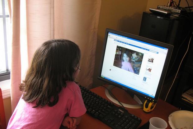 Dzieciom przesiadującym przy komputerach grozi krzywica