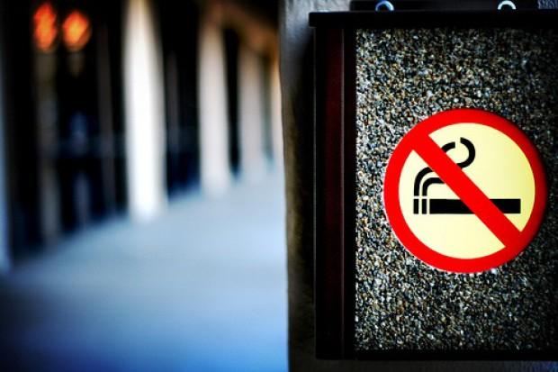 Senacka komisja zdrowia za przestrzenią publiczną wolną od dymu: palacze niech palą w domu