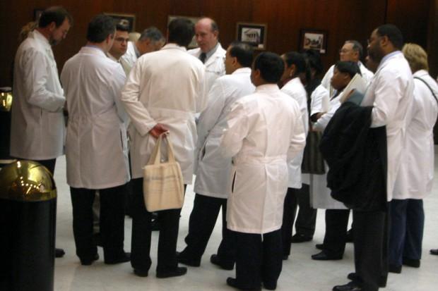 Lekarze nadal chętnie wyjeżdżają za granicę