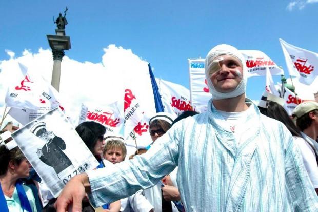 Przed Sejmem trwa protest pracowników ochrony zdrowia