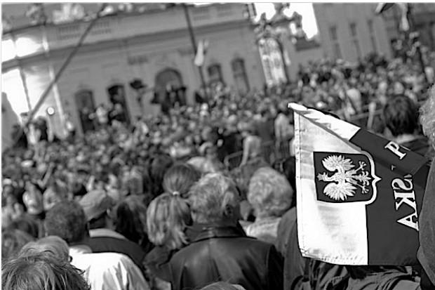 Polacy oddają hołd parze prezydenckiej