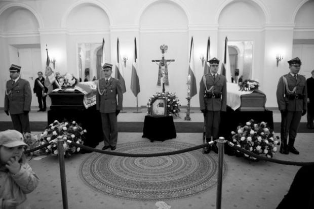 Premier stanął w Warcie Honorowej przy trumnach pary prezydenckiej