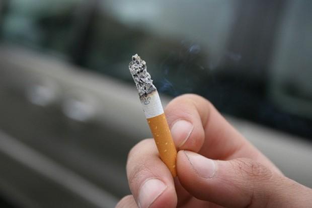 Niewielkie ilości alkoholu chronią przed udarem, ale nie palaczy
