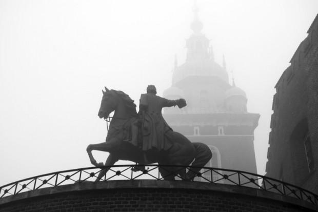 """Dziwisz: """"imiona wszystkich ofiar"""" na Wawelu"""