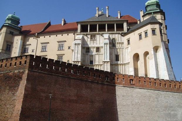 Kraków: trumny pary prezydenckiej przed ołtarzem koronacyjnym