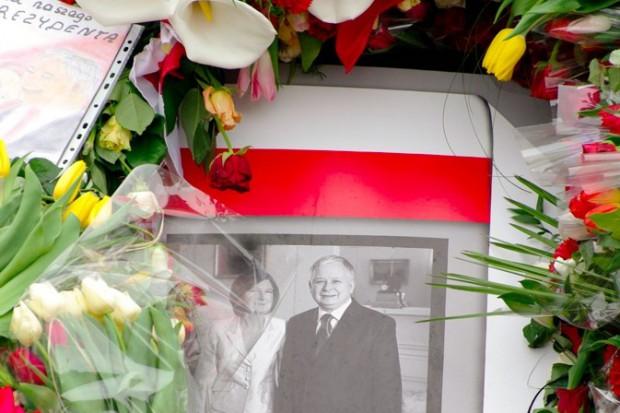 Warszawa: nadal setki osób czekają by oddać hołd parze prezydenckiej