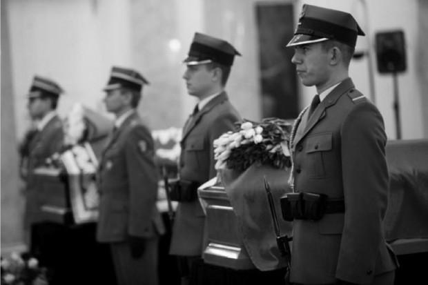 Lotnisko wojskowe Warszawa-Okęcie: hołd dla kolejnych ofiar tragedii pod Smoleńskiem