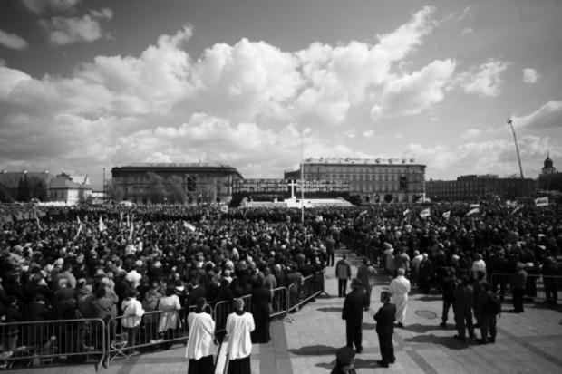 Warszawa: na Placu Piłsudskiego msza św. w intencji ofiar katastrofy