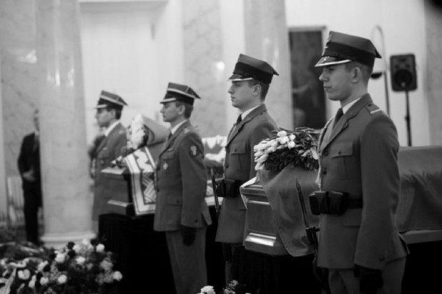 Trumny z ciałami pary prezydenckiej w Krakowie