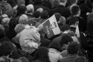 Kraków: trumny pary prezydenckiej na lawetach jadą na Wawel