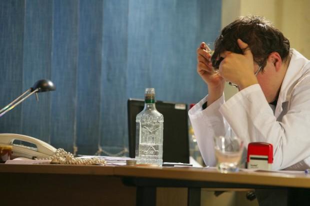 Promile na dyżurze: ilu polskich lekarzy zmaga się z uzależnieniem od alkoholu?