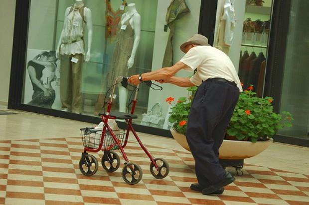 Wielka Brytania: ile kosztują upadki starszych osób?