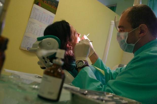 Warszawa: mieszkańcy stolicy coraz częściej chodzą do dentysty