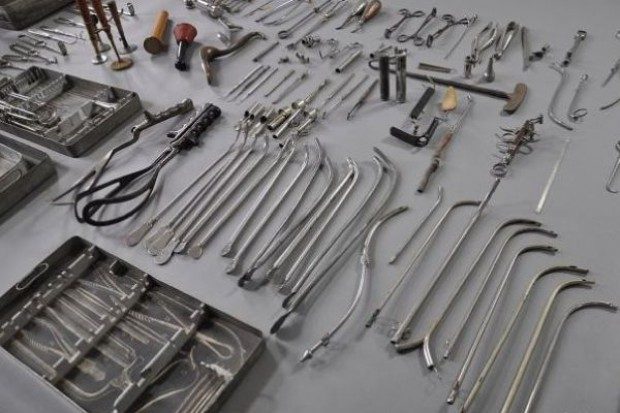 Oświęcim: odnalezione obozowe narzędzia lekarskie trafiły do muzeum