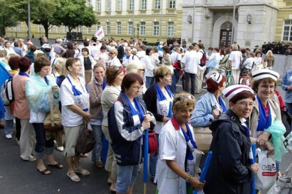 Nieoczekiwana wolta w noweli ustawy o ZOZ: pielęgniarki mają zarabiać lepiej