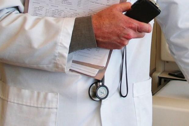 """Lekarze wolą pracować """"na swoim"""", czasami muszą"""