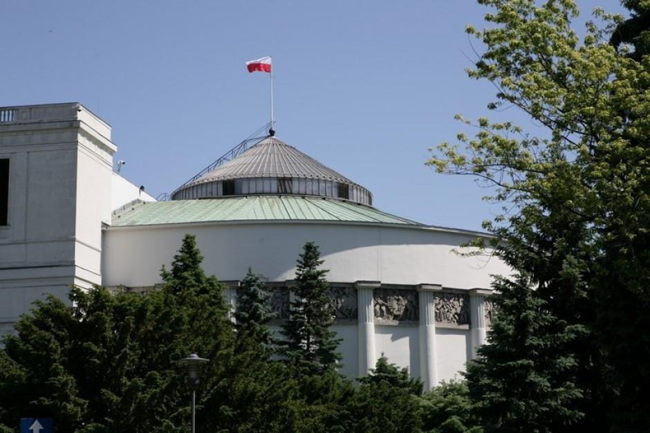 Przeciwnicy in vitro protestują przed Sejmem