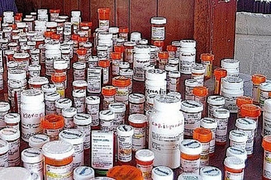 Tony leków lądują w koszu - Fundusz płaci, bo musi