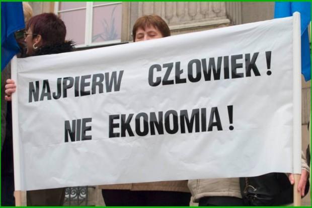Białystok: związkowcy ochrony zdrowia pikietowali przed biurem PO