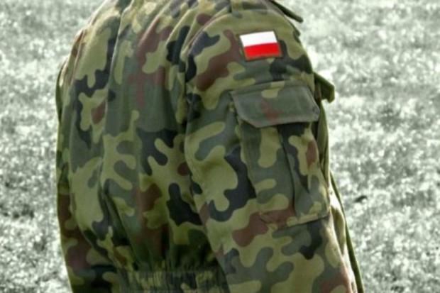 Polscy żołnierze w Afganistanie pomagają choremu chłopcu w Polsce