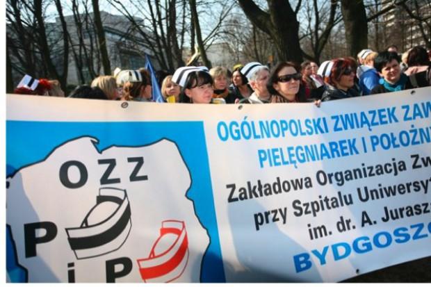 Rozpoczęła się pikieta pielęgniarek OZZPiP przed Sejmem