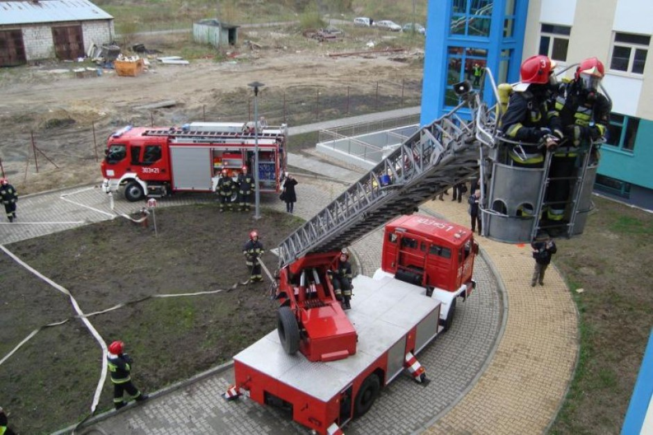 Kłęby dymu, strażacy i ewakuacja w szpitalu klinicznym: to tylko ćwiczenia, ale obowiązkowe