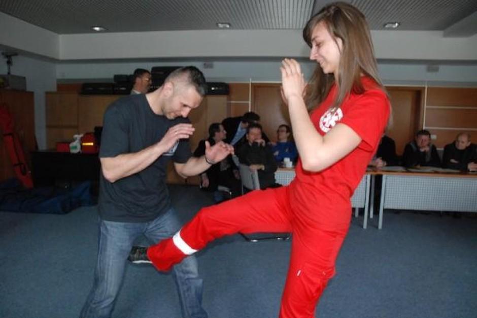 Katowice: ratowniczki ćwiczą samoobronę