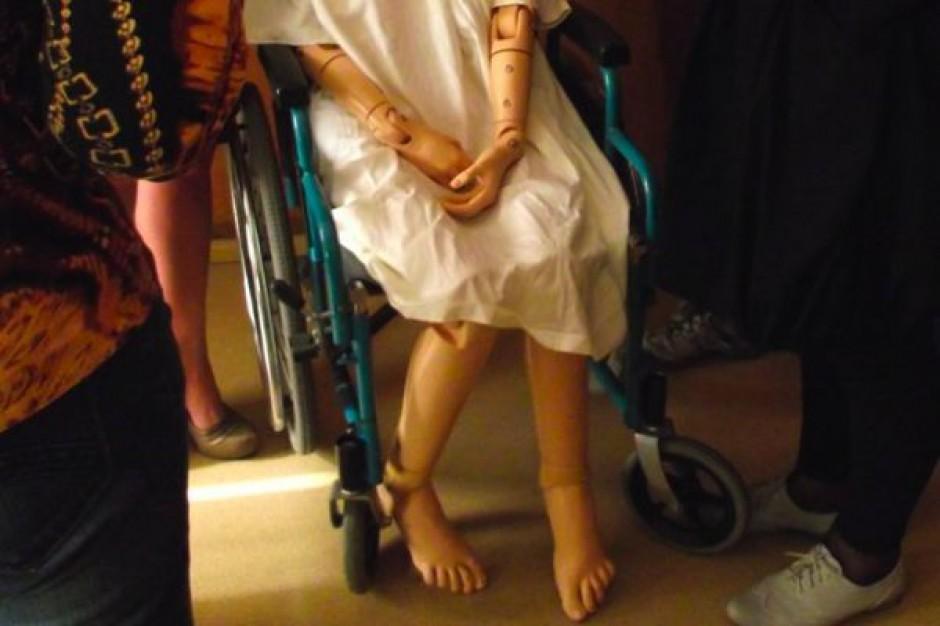 Warszawa: pielęgniarki ćwiczą na fantomach
