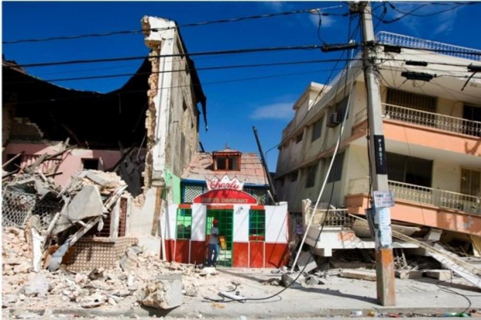 Turcja: trzęsienie ziemi zburzyło szpital - lekarze operują w ogrodach