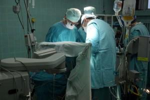 Belgia zaleca usuwanie protez piersi PIP, Włosi skarżą producenta