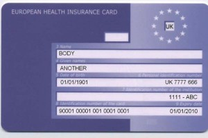 NFZ: zagraniczni kibice powinni pobrać karty EKUZ