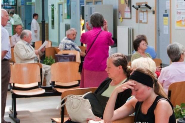 Kielce: upały doskwierają pacjentom czekającym na rejestrację