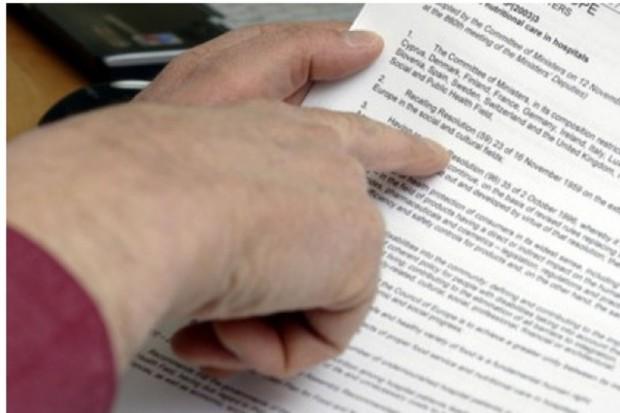 """Wicedyrektor departamentu w MZ stracił pracę: zatrudniał """"na czarno"""" i... bez wynagrodzenia"""
