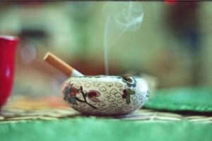 GIS: 32 proc. Polaków pali papierosy, połowa z nich przy dzieciach