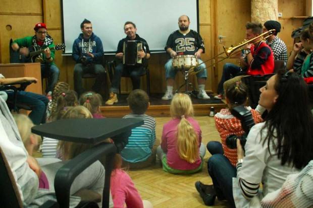 Olsztyn: zespół Enej zagrał dla małych pacjentów szpitala
