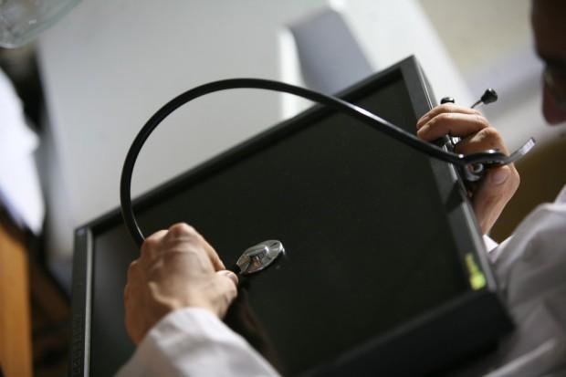 """Pacjenci mogą sprawdzać swój status ubezpieczenia w eWUŚ; """"zielony ekran"""" oznacza potwierdzenie"""