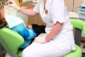 Stomatolodzy: kosmetyczka nie może wybielać zębów
