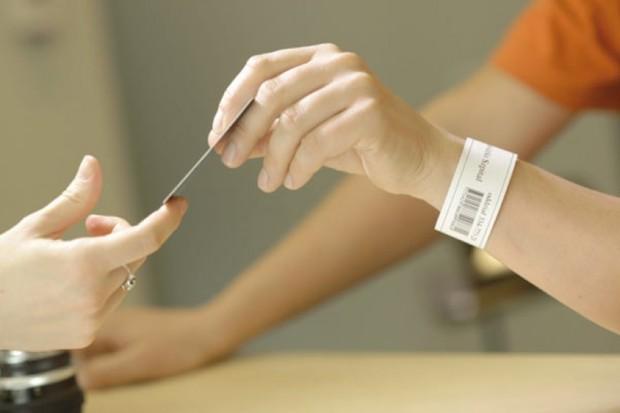 """Szpitale """"kodują"""" pacjentów: niektóre od dwóch dni, inne - od dwóch lat"""