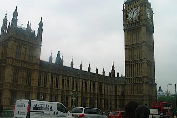 Więcej Brytyjczyków na kontraktach zerowych, także w sektorze medycznym