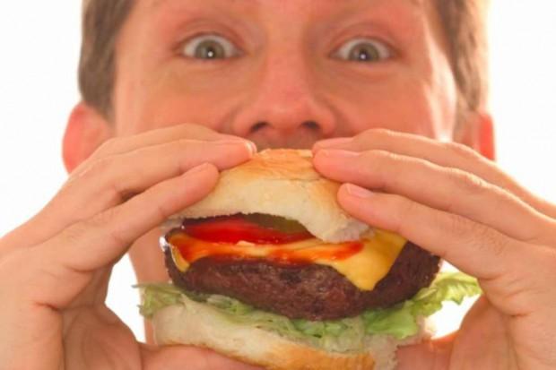 Eksperci: głodni kupują niezdrowe jedzenie