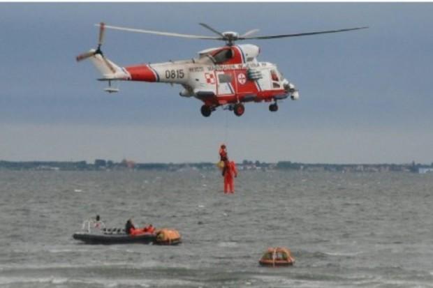 Akcja na Bałtyku: śmigłowiec Marynarki Wojennej przetransportował rannego wędkarza