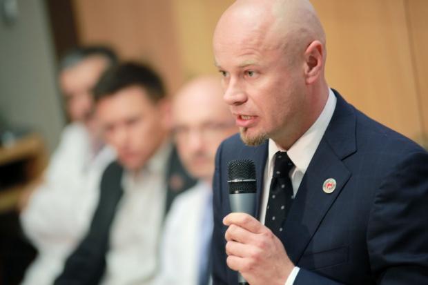 Prof. Adam Maciejewski: pacjent po przeszczepie twarzy wstał, połyka, widzi