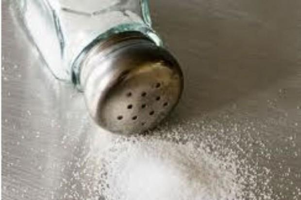 Ekspert: osoby zdrowe nie muszą zmniejszać spożycia soli