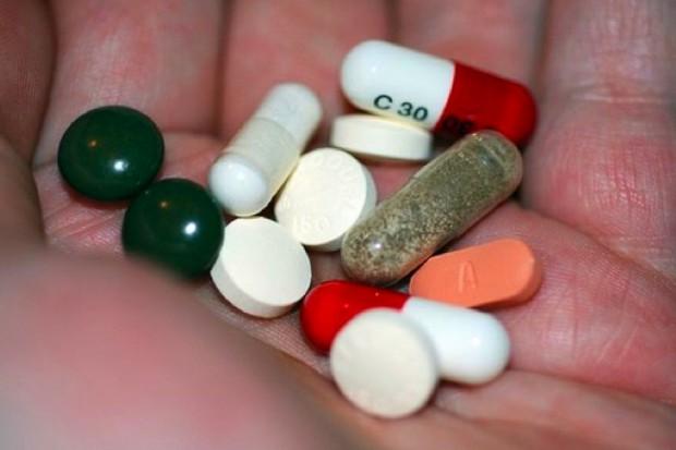Holenderscy badacze: przyjmowanie wielu leków grozi utratą istoty szarej w mózgu