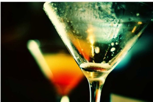 Młode kobiety doganiają mężczyzn pod względem picia alkoholu