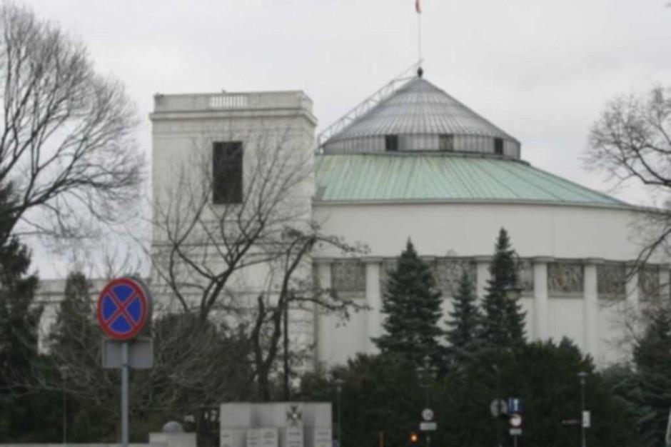 Komisja za poprawką do ustawy umożliwiającej NFZ aneksowanie umów