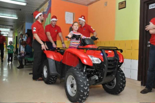 Katowice: św. Mikołaj na quadzie u małych pacjentów