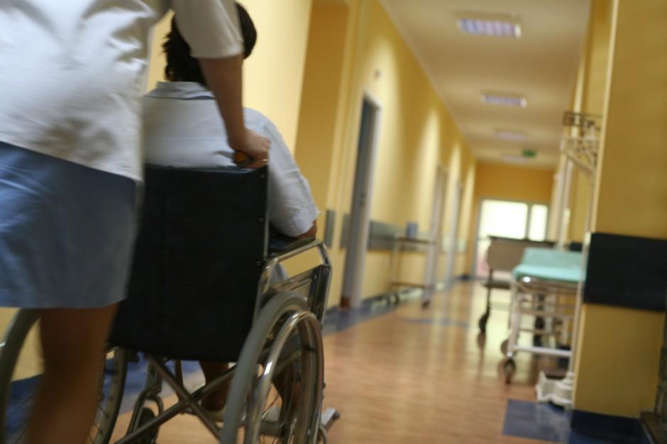 Pacjent z panewką w ręce - błyskawiczna rehabilitacja czy zabieg marketingowy